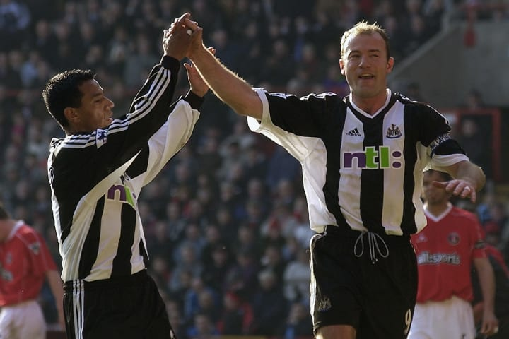 Alan Shearer de Newcastle United célèbre marquant le premier but du point de penalty avec son coéquipier Nolberto Solano